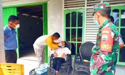 Memutus Penyebaran Covid 19, Babinsa TNI Dampingi Tim Medis Bonai Darussalam Lakukan TC Covid-19