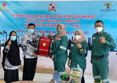 SMP Negeri 5 Tandun Terima Drumband Dari PT SPR Langgak